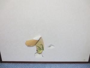 襖を破ったロシ子。