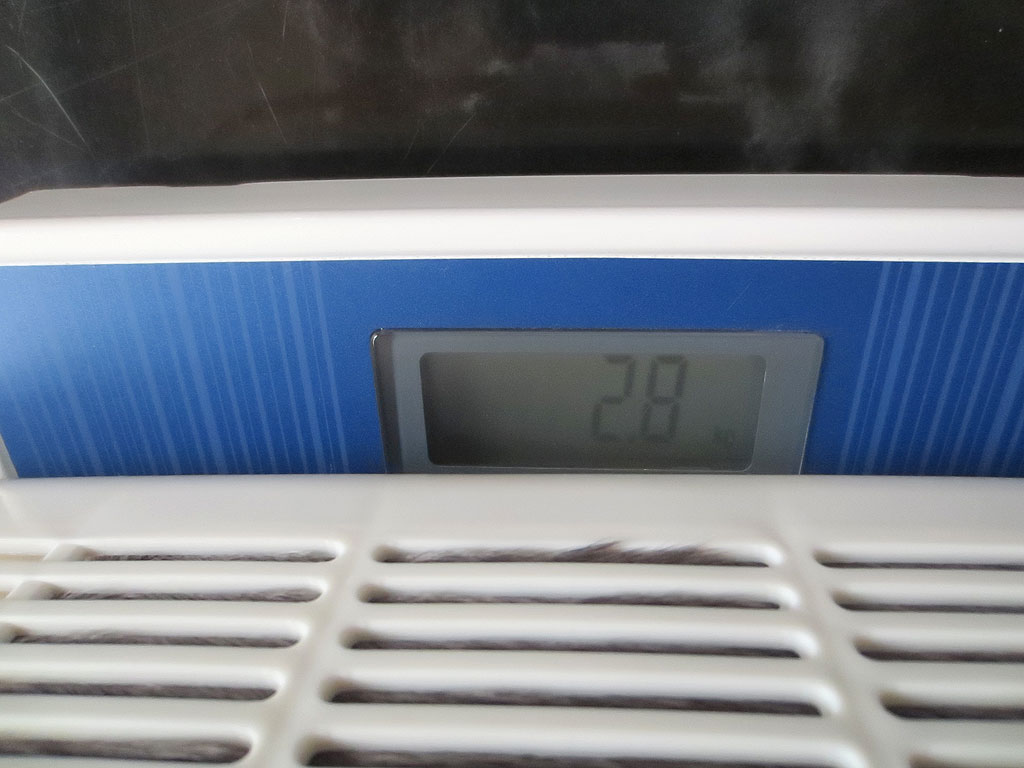 体重計が2.8kgを示している。