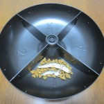 自動給餌器に煮干しをセット。