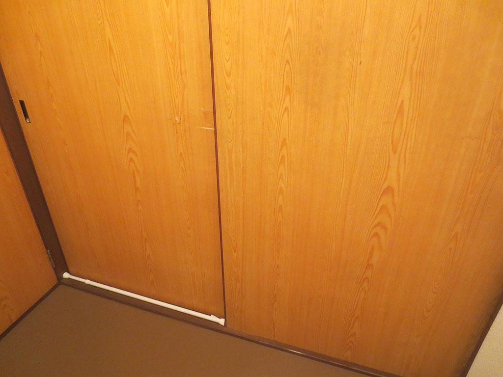 つっかえ棒を戸に設置。