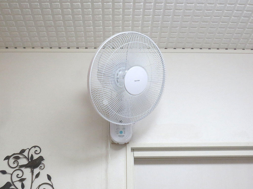 ブリーダーさん宅の壁掛け扇風機。
