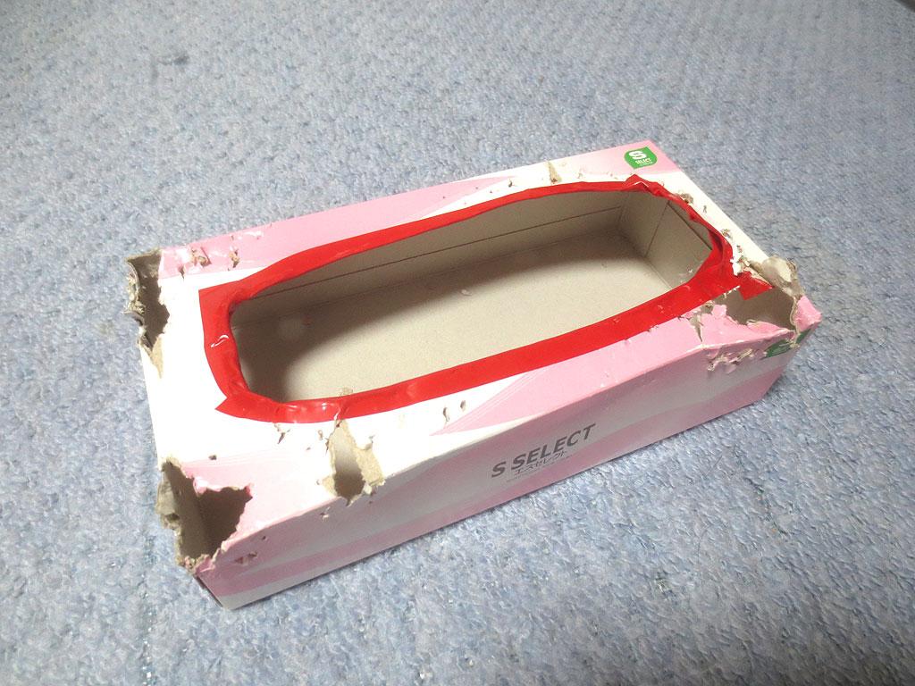穴だらけのティッシュの空き箱。