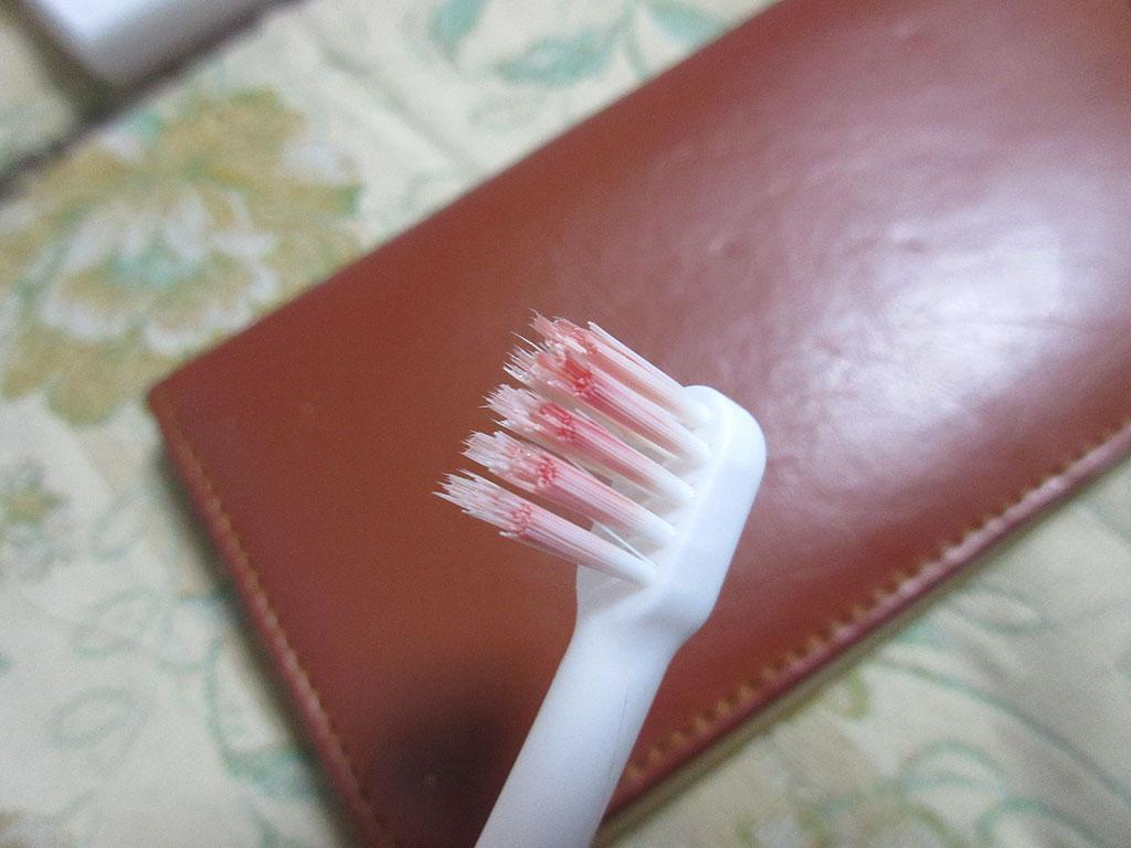 血に染まった歯ブラシ。