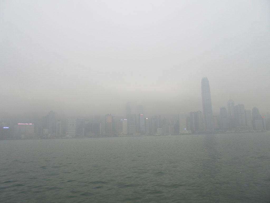 霧の香港。
