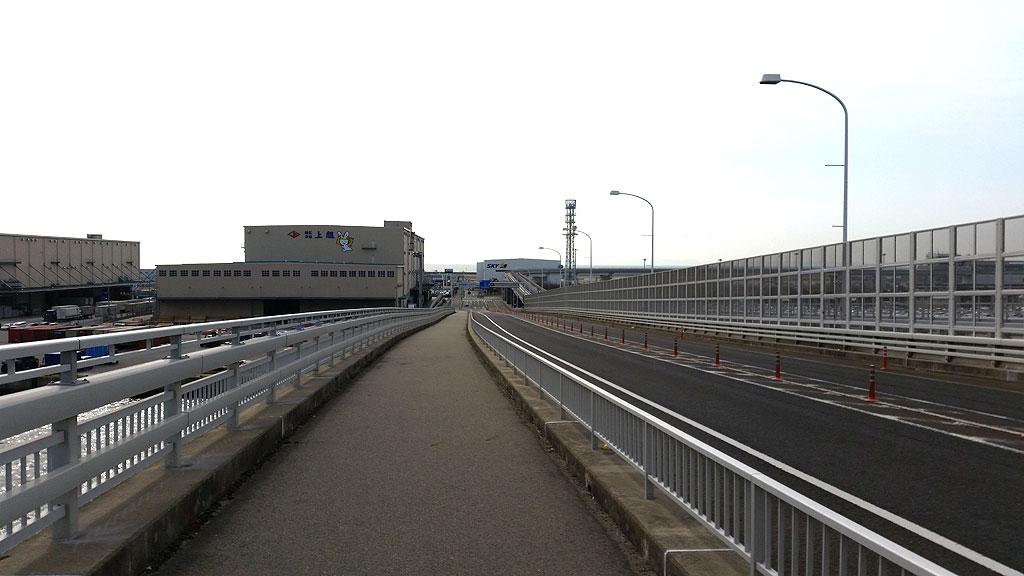 向こうには神戸空港が。