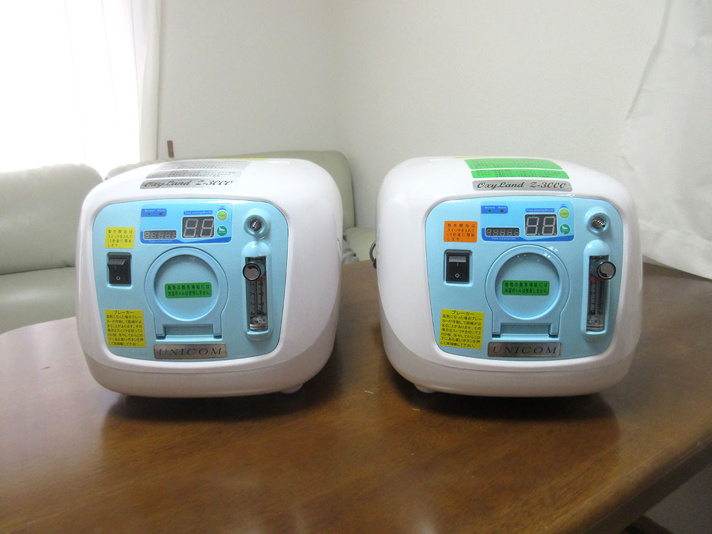 2台の酸素濃縮器の記念撮影。