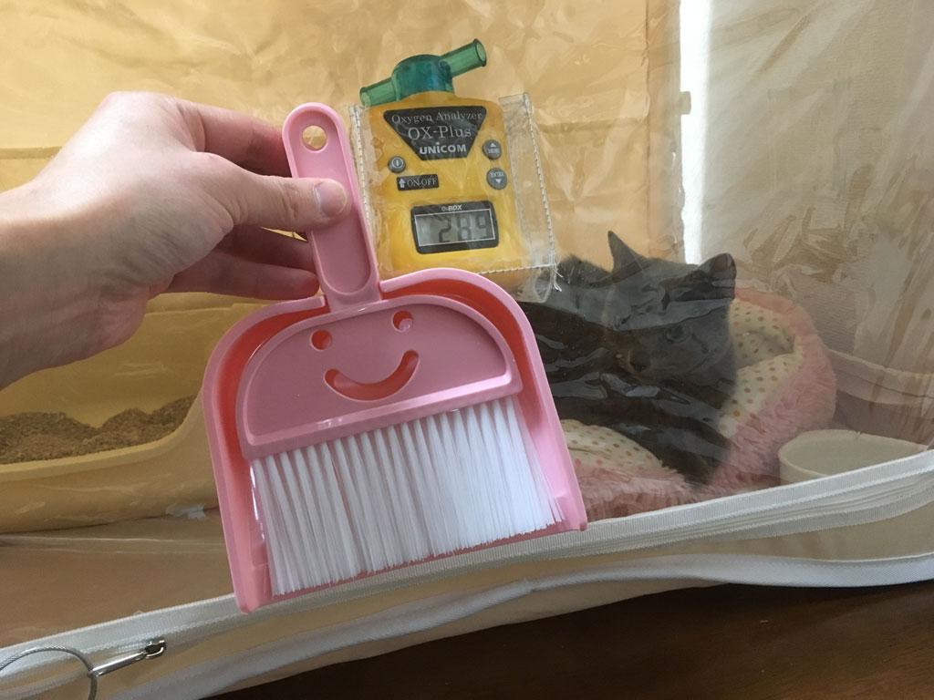 酸素室の掃除用のほうきセット。